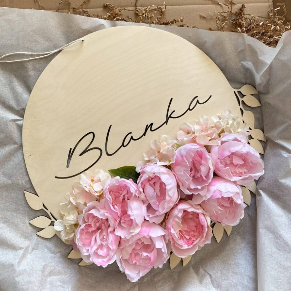 Drewniana dekoracja z kwiatami i imieniem dziecka