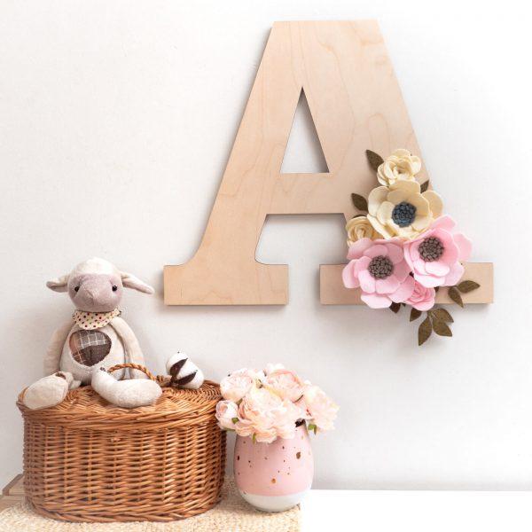 litera z kwiatmi różówokremowa