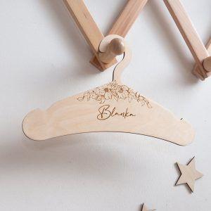 Drewniany wieszak dla dziewczynki