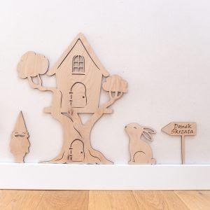 Drewniana dekoracja do pokoju dziecka w kształcie domku dla skrzata usytyowanego na drzewie.