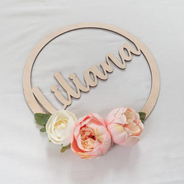 Drewniane koło ozdobione kwiatkami dla dziewczynki