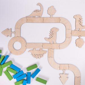 Zabawa z układaniem drewnianych elementów z dinozaurami