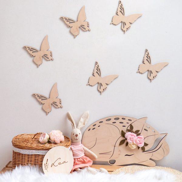 Drewniane motylki w dziecięcym pokoju