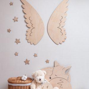 Pokój dziecka z drewnianymi dekoracjami