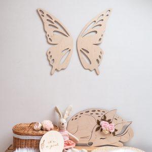 Aranżacja pokoju dziewczynki z drewnianymi dekoracjami