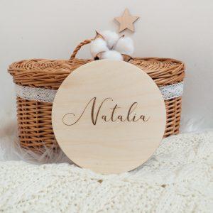 Drewniana tabliczka z wygrawerowanym napisem
