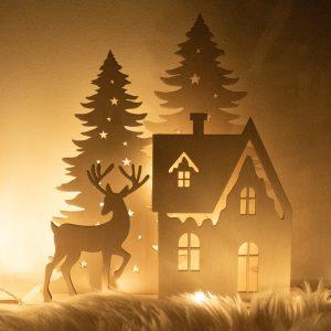 Drewniana dekoracja świąteczna choinki domek zimowy